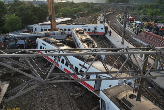 台湾特急列車脱線事故200人以上死傷の大惨事   当該運転士はシフト管理担当者