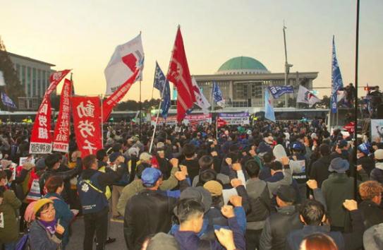 ヨイド公園前の道路を占拠した労働者大会。デモは労働法改悪狙う国会へ機動隊と対峙して闘われた